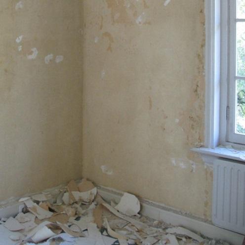 Montaż sztukaterii na gipsowej ścianie