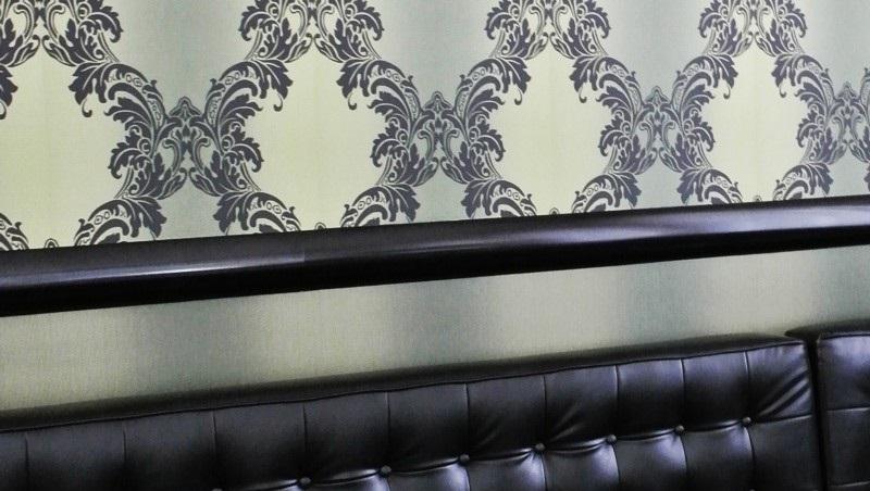 Montaż sztukaterii na ścianie z tapetą